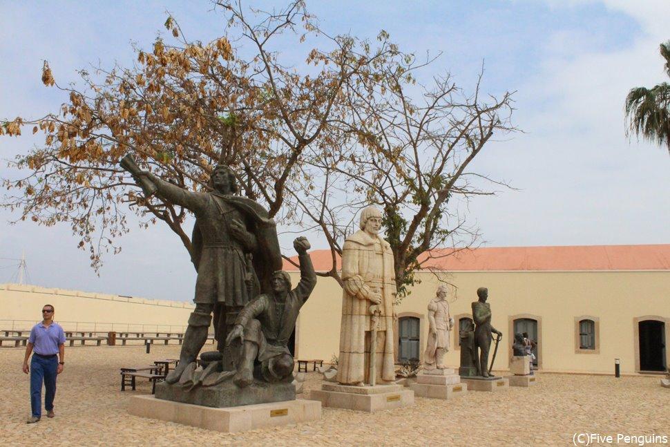 ルアンダの城塞に飾られた偉人の銅像