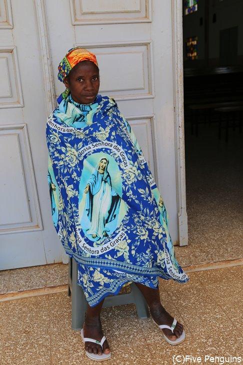 田舎の教会にいた女性。こうしたカラフルな布を纏っている女性は一般的