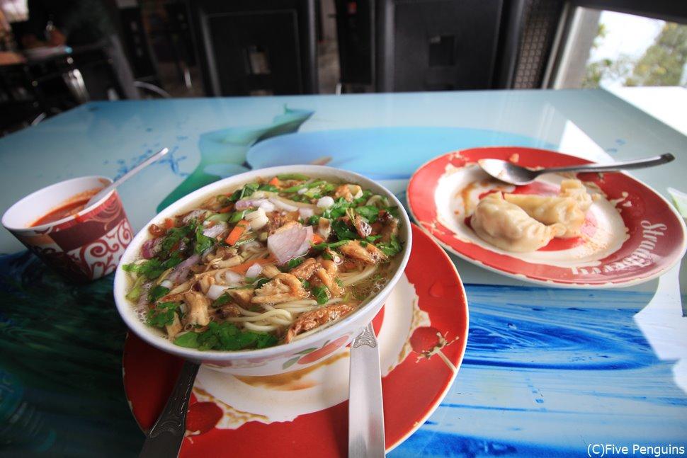 インドなのにチベット料理のトゥクパ。オモシロ食事事情