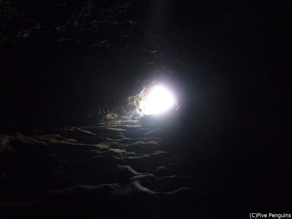 地元のガイドがいないと入りづらいアナカケンガ洞窟