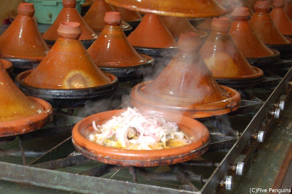 たくさん並んだタジン鍋を一つ一つ調理するのは大変だろうなあ。