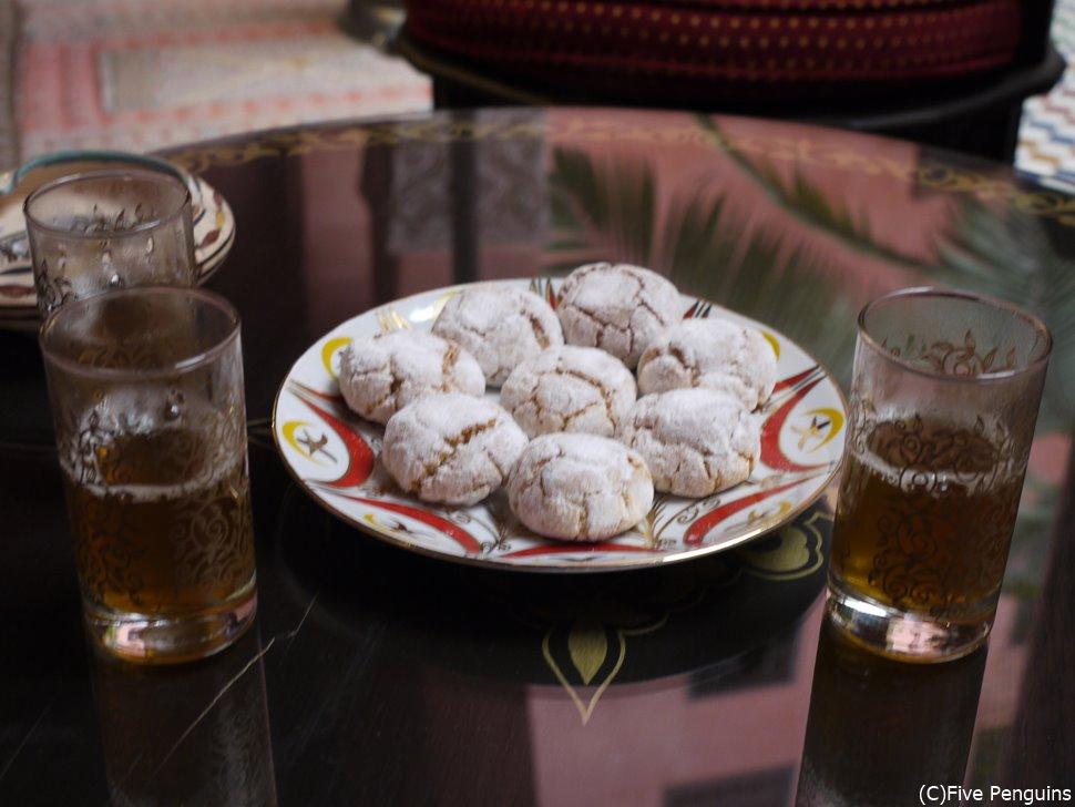 甘いお菓子にはすっきりした砂糖なしのミントティーがベストマッチ。