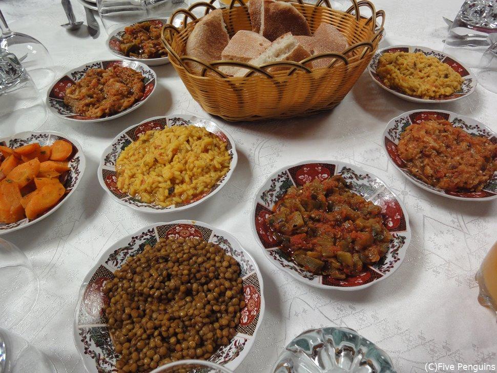 モロッコではヒヨコ豆や野菜類を使ったオードブルが豪華!