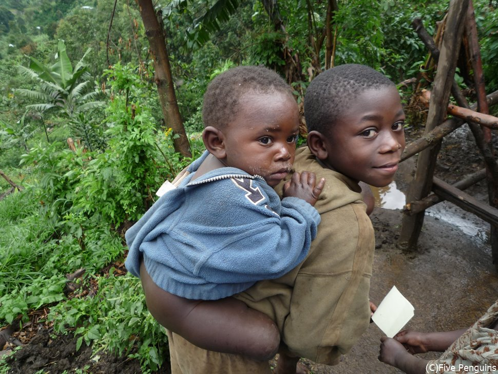 優しいお兄ちゃんルウエンゾリ山麓 イバンダ村 村の子供たち<イバンダ村>