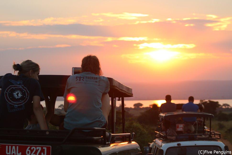 動物も人も台地も照らすサバンナの夕日<マーチソンフォールズ国立公園>