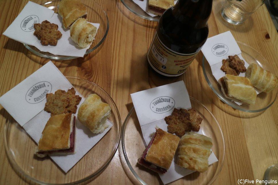 オロモウツ名物のチーズデザートとビール width=