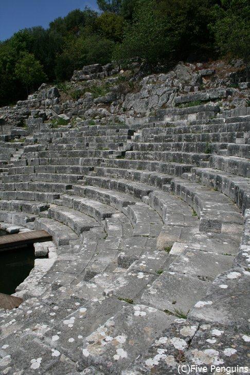 世界遺産のブトリント遺跡の古代劇場跡