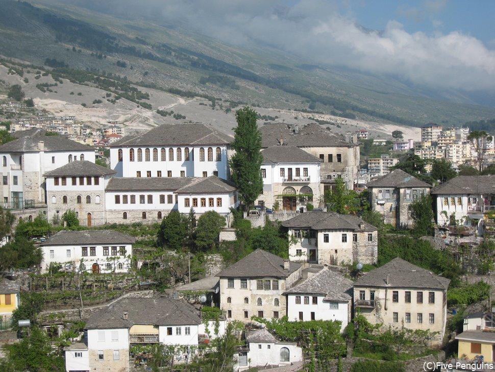世界遺産のジロカストラの町は灰色の瓦屋根で不思議な街並み