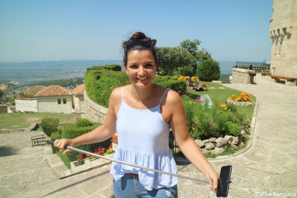 陽気なアルバニア人女性。美人が多いのにも驚く