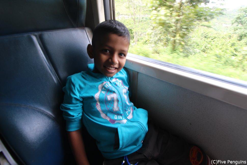 高原列車で出会った人懐っこい少年。