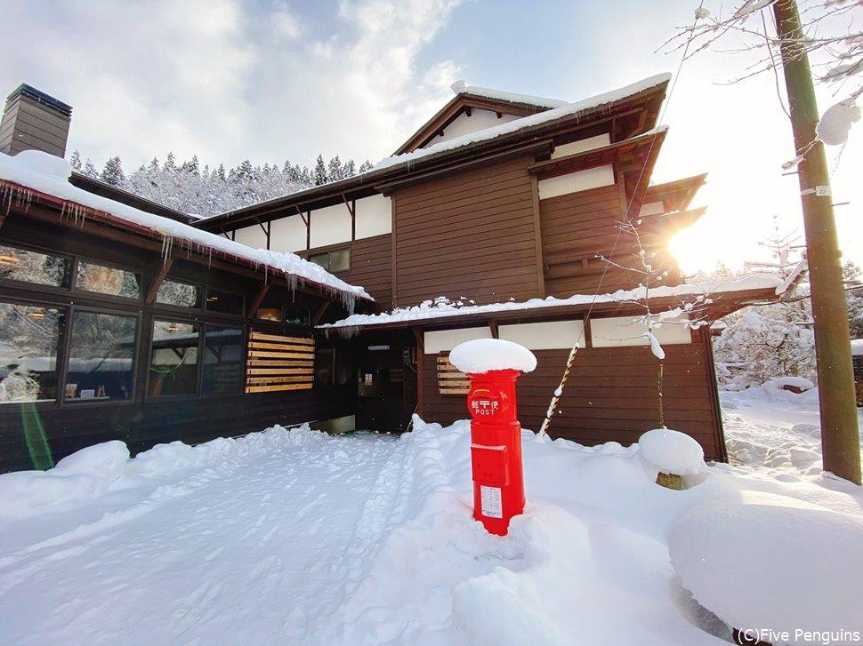 旅館の入口には懐かしい赤いポストも雪帽子を被っていた