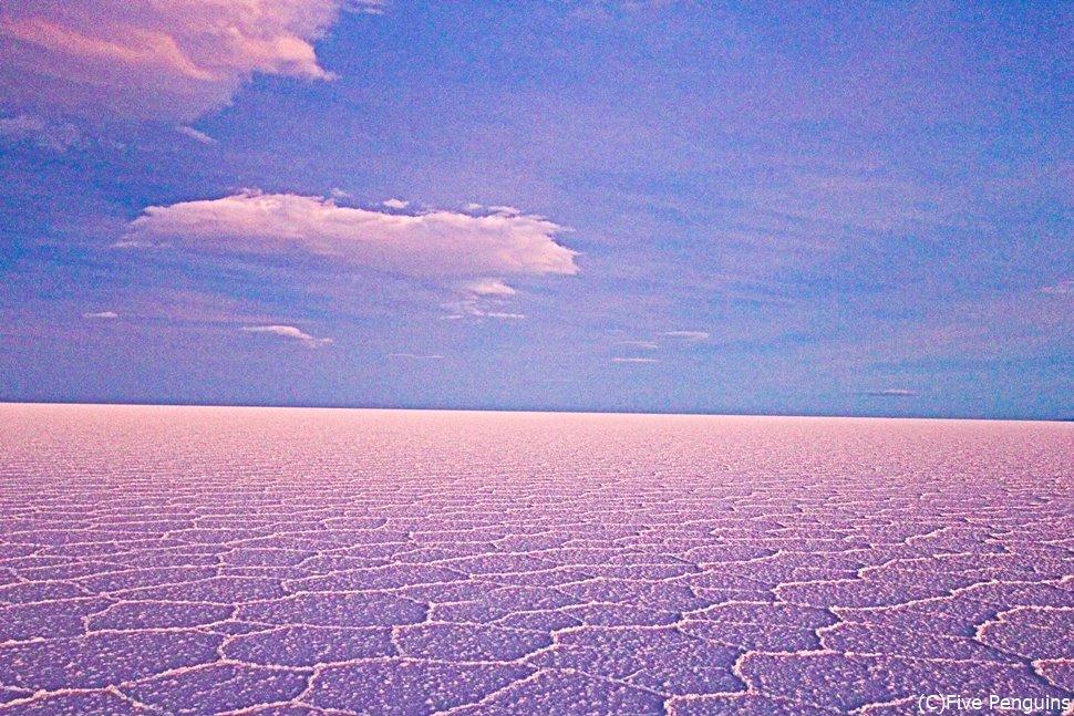 夕焼けのウユニ塩湖はまるで絵画のよう。