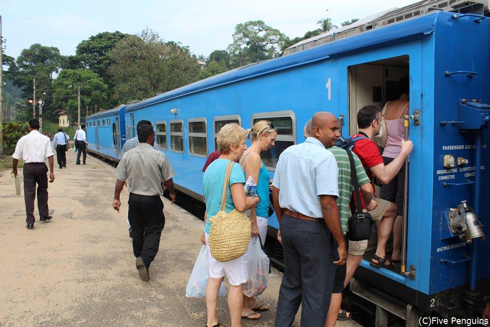 鮮やかな青色の車体が目を引く高原列車
