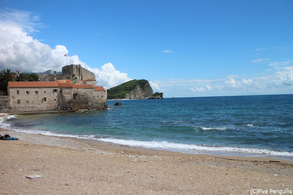 ブドゥバ旧市街前のビーチとアドリア海