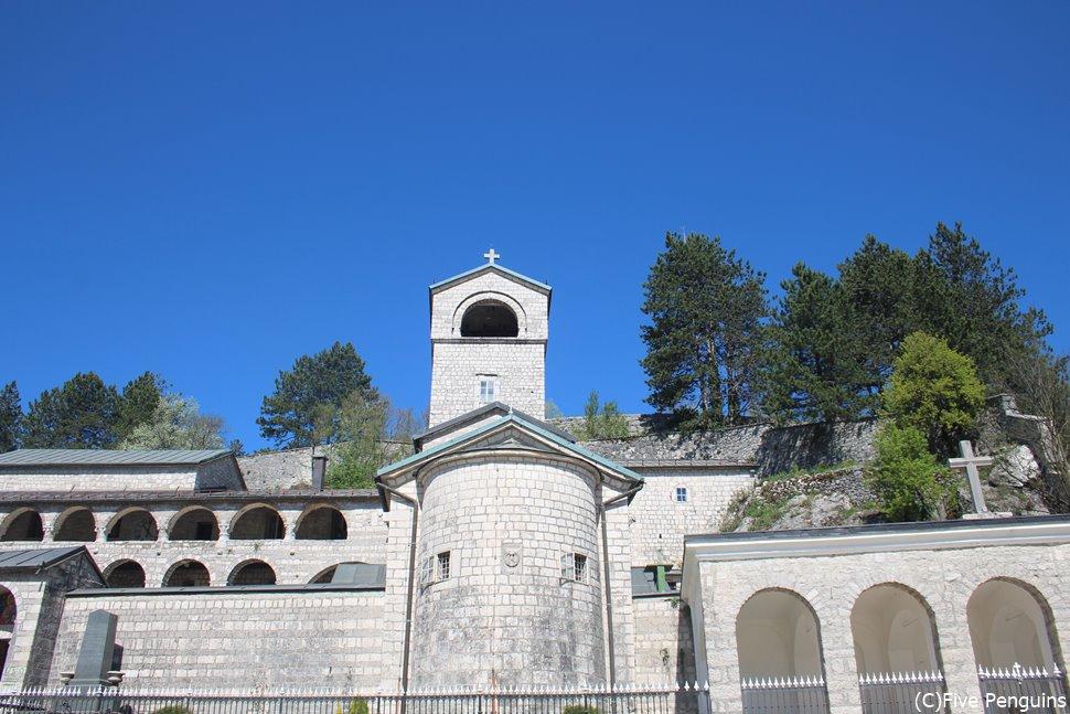 世界中から巡礼者が絶えないツェテニエ修道院