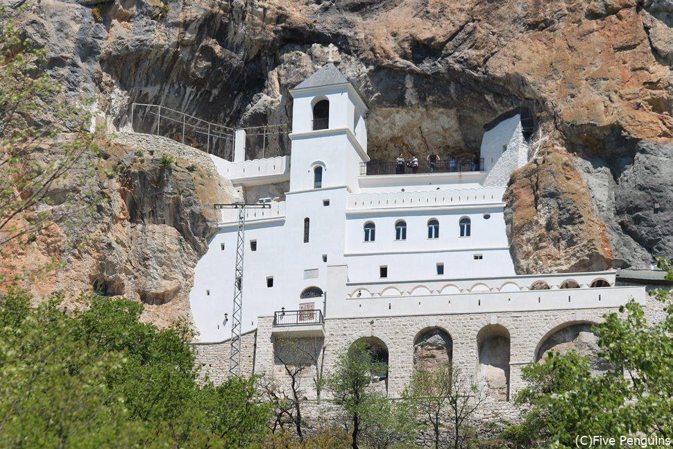 断崖絶壁にある秘境の聖地オストログ修道院