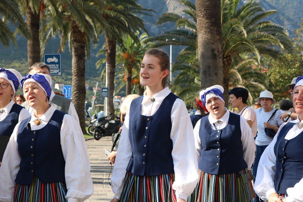 民族衣装を着て歌うコトルの美しい女性たち