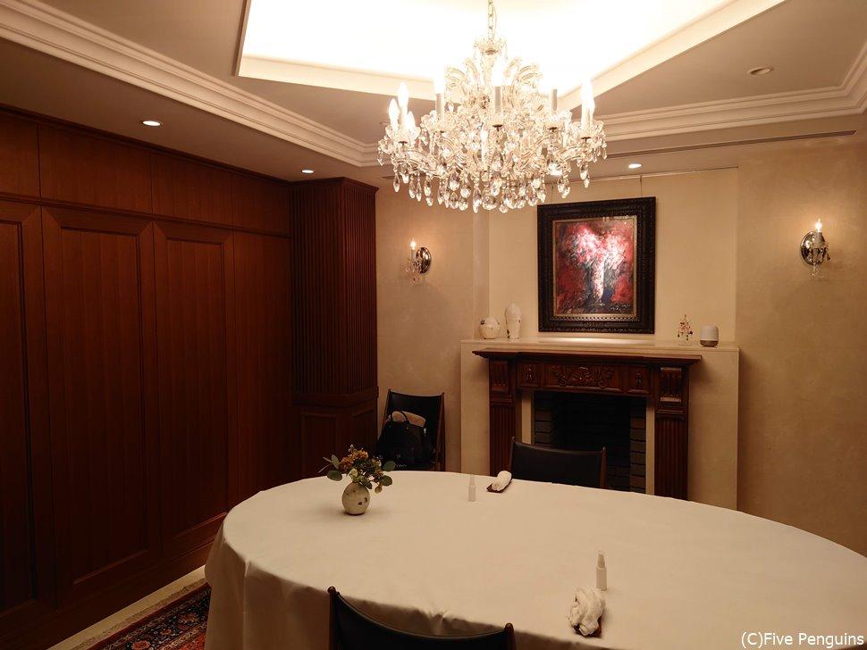 シャンデリアのある優雅な1階の個室
