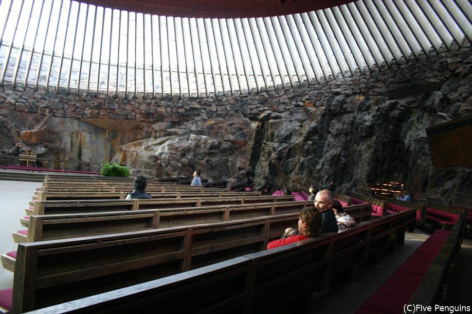 テンペリアウキオ教会に入るとその神秘的な雰囲気にのまれて言葉も出ない