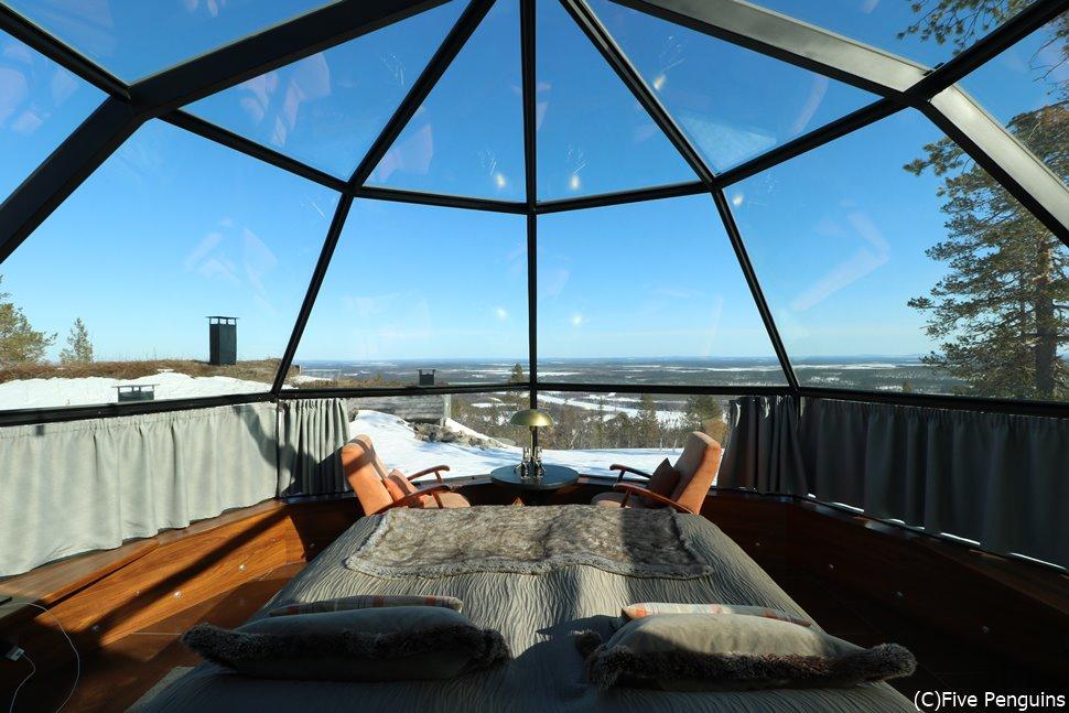オーロラ観測に最適なガラスイグルーの開放感あふれる部屋の中