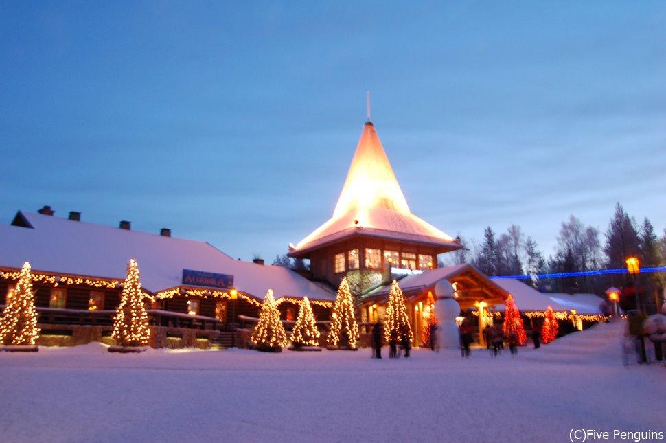 とんがり屋根にあかりが灯る冬のサンタクロース村は情緒満点