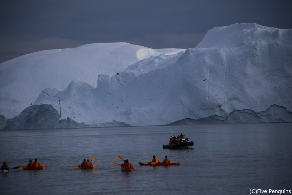 カヌーでもっと氷山に近付いて行く人も!