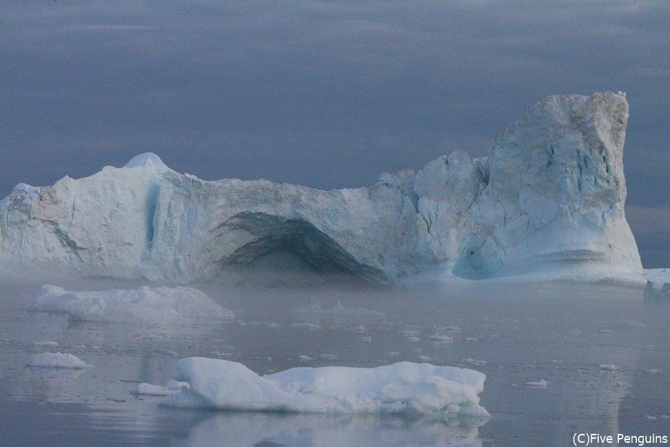 白夜の氷山クルーズで、目の前に現れた氷塊