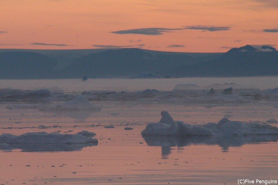 白夜の氷山クルーズにて、深夜になってやっと夕暮れ