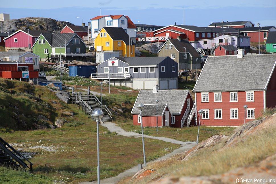 カラフルな可愛い家が並ぶイルリサットの町