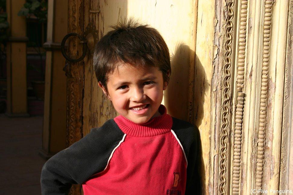東西交易の十字路・カシュガルにて ウイグル族の男の子