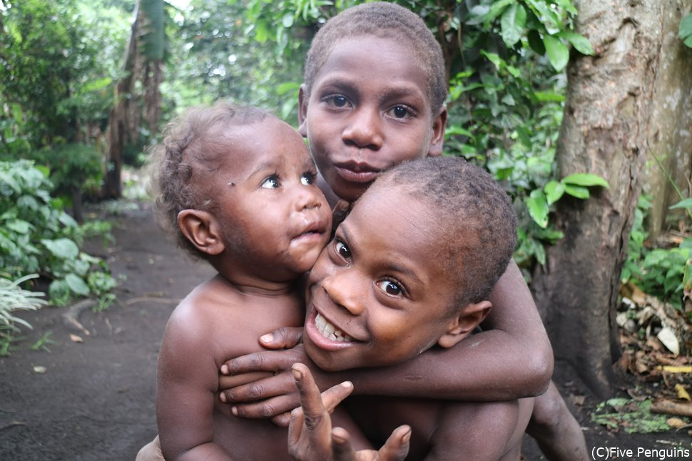 タンナ島のビレッジツアーで出会った子供たち