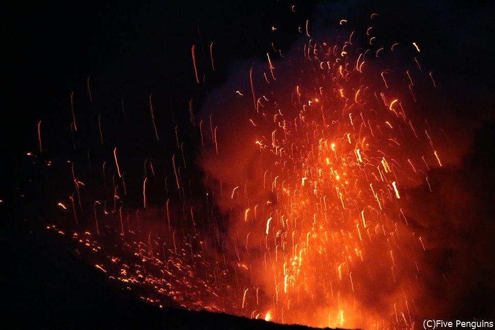 目の前に吹き上げられる溶岩と爆発音で大迫力