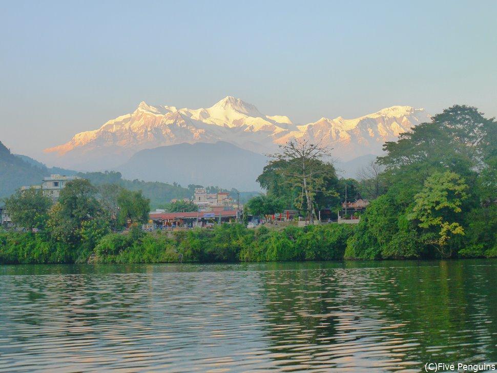 フェワ湖から見えるアンナプルナ連峰<ポカラ>