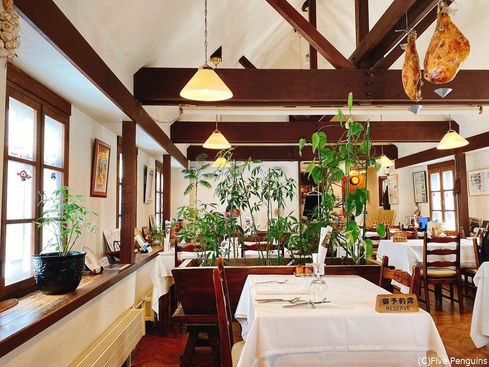 バスクのレストランを思わせるインテリアが素敵なレストランバスクの店内