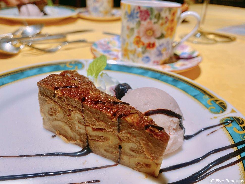 セットに含まれるデザートは、マカロニが入ったチョコレートケーキ!