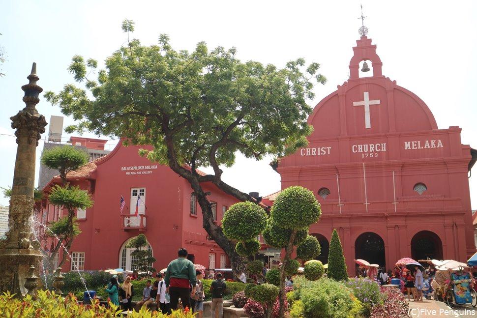 赤がかわいいムラカ・キリスト教会の建つオランダ広場