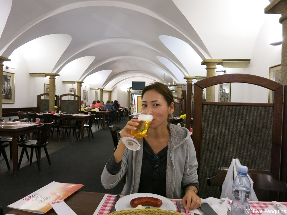 醸造所直営のレストランで出来立てビールをグイッと!