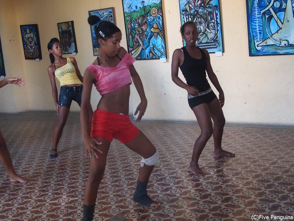 子供たちも参加する本格的な地元のダンス教室