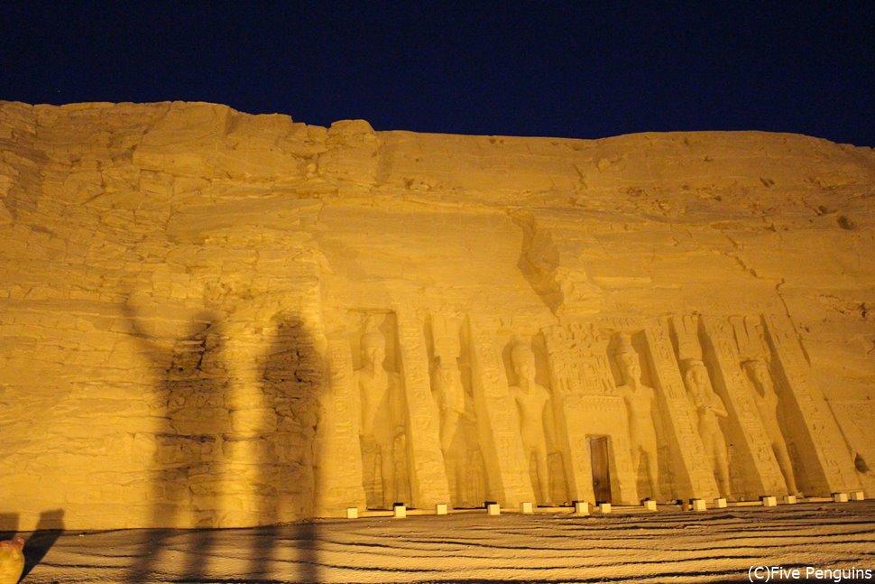 夜明けのアブシンベル小神殿で影遊びにトライ