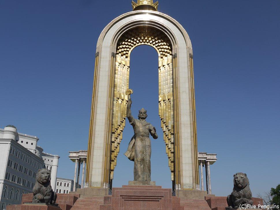 イスマイール・サーマーニー広場の巨大なイスマイール・サーマーニー像