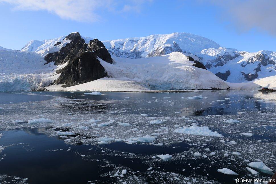 クルーズ船のデッキから眺められる南極の風景