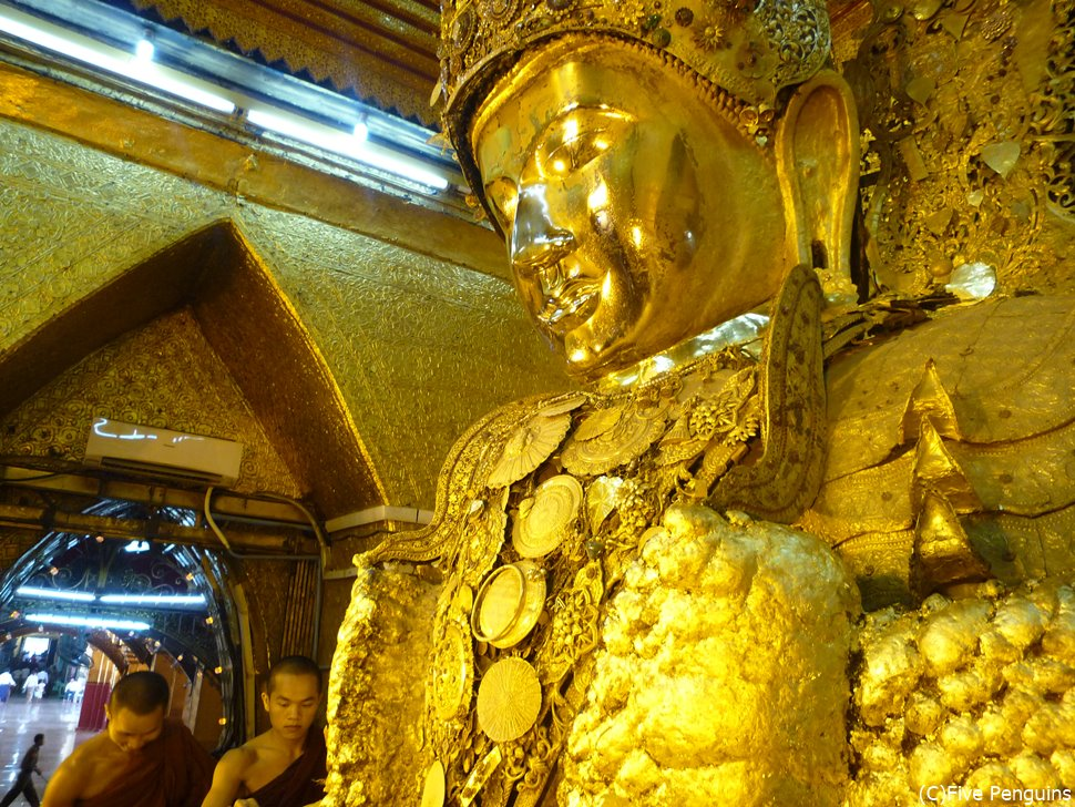 マハムニ・パゴダの仏像。
