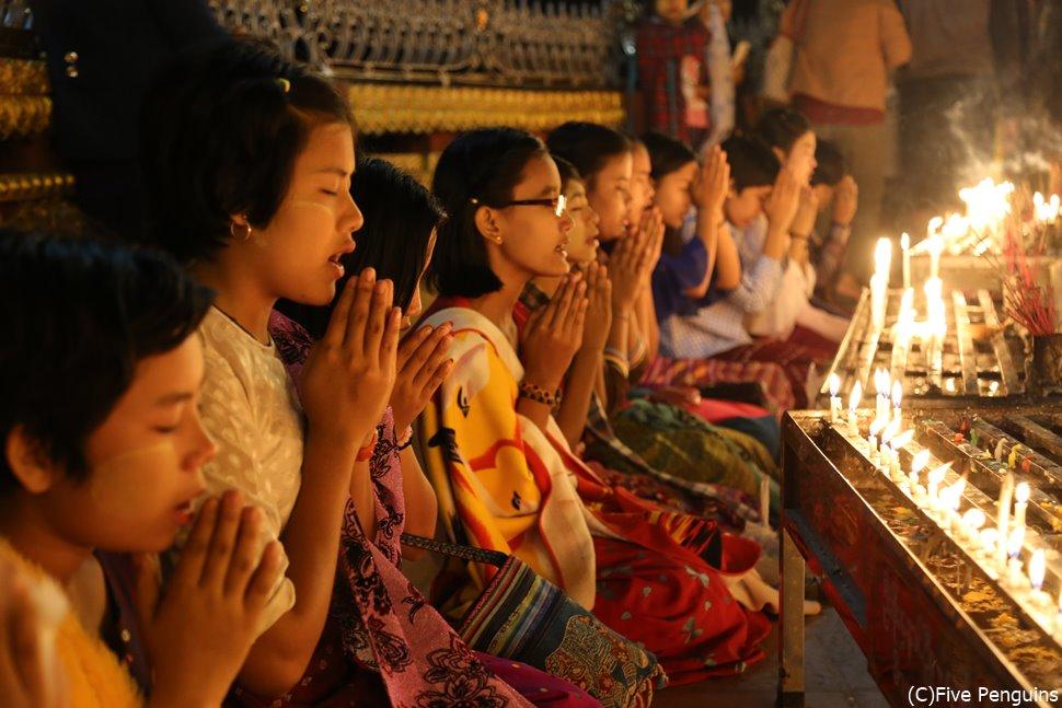 チャイティヨーパゴダでお祈りする子供たち