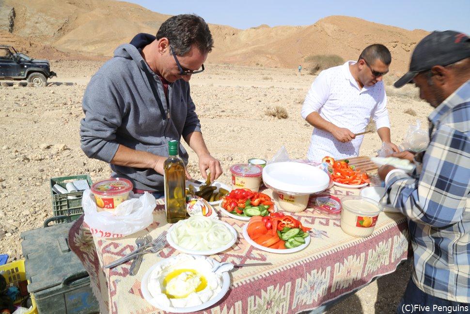 砂漠を案内してくれたガイド兼運転手の皆さんがランチを準備してくれました