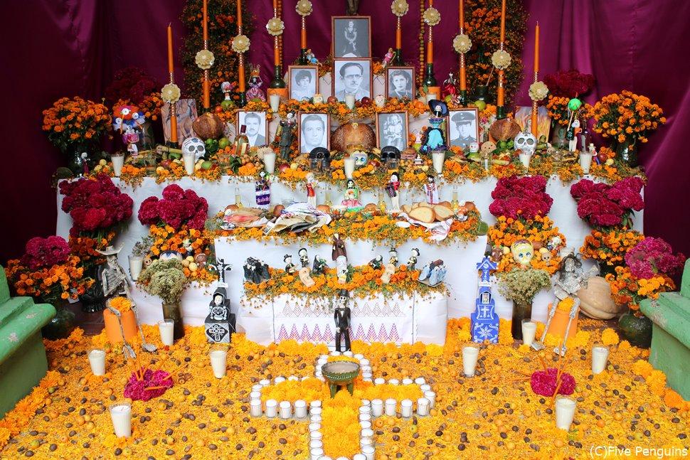 マリーゴールドで埋め尽くされる祭壇