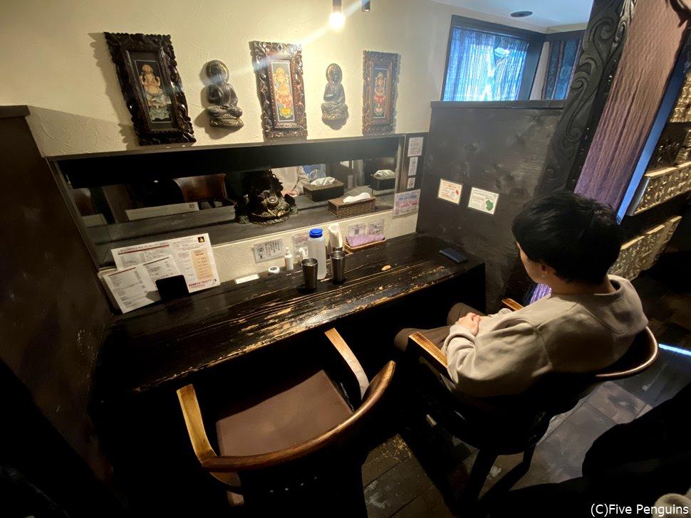 バリ風の店内。席によっては半個室でゆったり食べられます