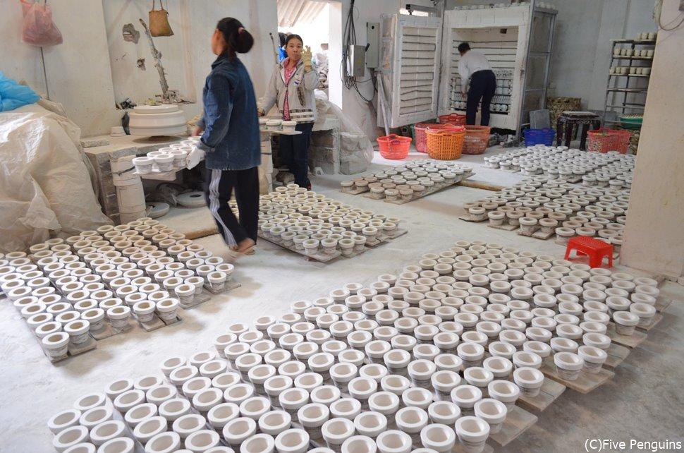 バチャン村の工房では家族総出で陶器作りです