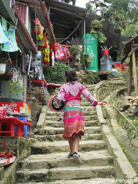 サパから一番近い村/華やかな刺繍を施した民族衣装カットカット村