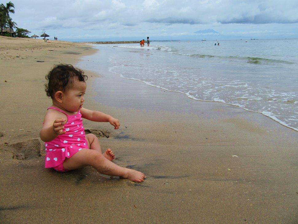 ビーチの波打ち際で遊ぶ