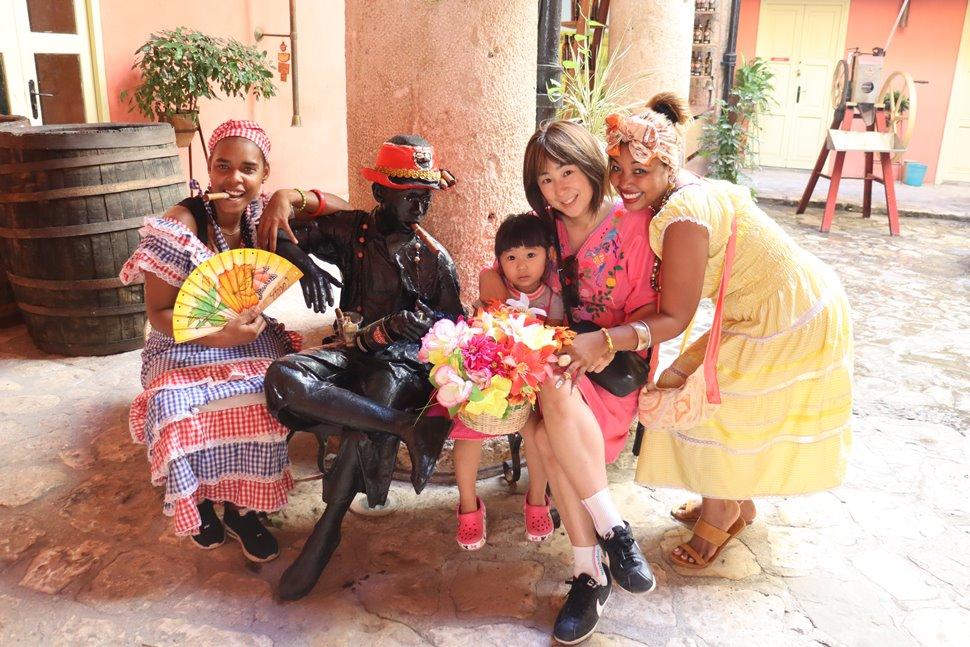 民族衣装を着た女性と私たち